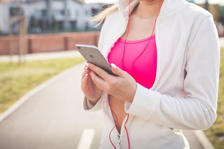 poitrine de femme utilisant un iphone