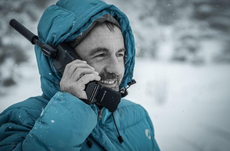 home au pole nord téléphonant avec un téléphone satellite